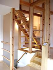 1Fからロフトまでつづく木製階段。