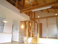 間仕切りのないLDKにより、室内がとても広く感じる。 白と木部と飾り気のないシンプルな照明が、まとまりあるインテリアに。