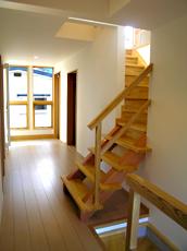 玄関の窓から明かりがたっぷり。 階段を上がってリビングへ。