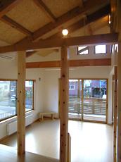 リビングを見る。 大きな窓から光がさんさんと。 天井は、OSB合板。