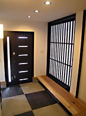 玄関から大きな格子引戸を開けると和室につながる。