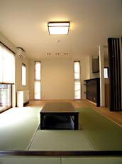 仏間からリビングを見る。 スリット窓が空間の透明感を出し、さらに広がりを助ける。