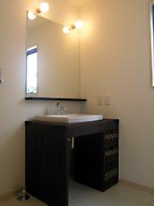 ドレッサーを兼ねたオリジナルの洗面台。カゴのサイズに合わせて棚板を入れ収納も抜群。 奥様の要望。