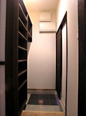 玄関脇のクローク。 沢山の靴を収納し、コートなどもハンギングできる。これで玄関もすっきりとお客様を迎えられる。