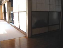 リフォーム前の居間入り口。 敷居の段差があります。 ちょっとの段差ですが、これが結構危ない。