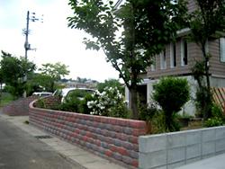 正面のレンガ塀の他に、お隣さんとの境界ブロックも積みました。