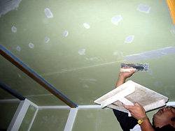 真壁の和室をリーフォームしています。 壁・天井は珪藻土塗りにします。ジョイント部分などにパテ処理をしています。