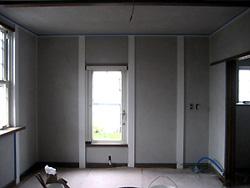 石膏ボードの上から下地調整剤を塗りました。 セメントのようなグレー。乾くまで待ちます・・・。 柱は白く塗装しました。