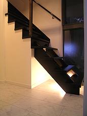 間接照明。この照明は柔らかく人を導くナイトライトとなり、スリット窓からはガレージにも光を届ける。