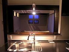 キッチンよりリビングを見る。 ペンダントライトが手元を エレガントに照らす。