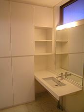壁面収納は圧迫感を抑えシンプルにまとめ、正面ミラーはパウダールームのサイズアップを図る。