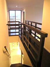 どこまでも突き抜ける自然豊かな視界が贅沢な2Fホール。 室内の物干し場としても活用出来るよう脱着式金物を設置。