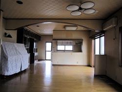和室からLDKを見る。 対面式キッチンになっていました。 とにかく広い室内です。