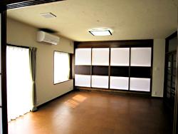 室内の壁、天井に珪藻土を塗りました。 珪藻土は、吸放湿性や消臭脱臭、マイナスイオン、吸音無反射、アルデヒド吸着分解など沢山の機能を持った優れた材料です。 少し割高ですが、やる価値は充分にあります。