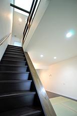 2階へ上がる階段は直行型ですが、緩やかに上りやすく。 トップライトからの明かりが1階まで届きます。