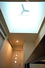 少しでも室内に明かりが届くように、階段上部に明かり取りの天窓を造りました。