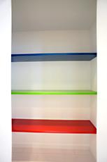 キッチン後ろの食品庫の棚は、ポップなカラーで明るく元気な気持ちになります。奥様のアイディア!