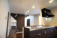 家族の様子が感じられる対面式キッチン。階段の袖壁により、丁度良く目隠しにもなります。