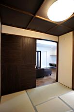 リビングにつながる和室。 通常サイズの1.5倍の片引き戸は、オリジナルで造りました。開口部もゆったりします。