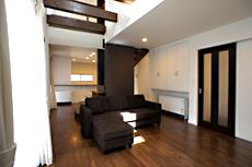 玄関ホールから、建具を開けるとLDKが広がる。階段袖壁以外に壁や建具が無いため、広く感じます。