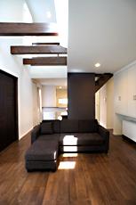 リビング。天井の半分が吹抜けで、高窓から明かりが降り注ぎます。