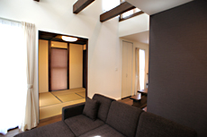 リビングから、片引き戸を開けると独立した 4畳半の和室。