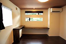 2階寝室。 細い横長の窓が、フレームのように、外の景色をインテリアデザインとして取り込みます。