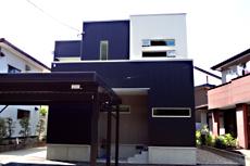 ブラック×ホワイトのキューブ型の外観。 外観のデザインも考慮し、窓の形状、配置を決めています。